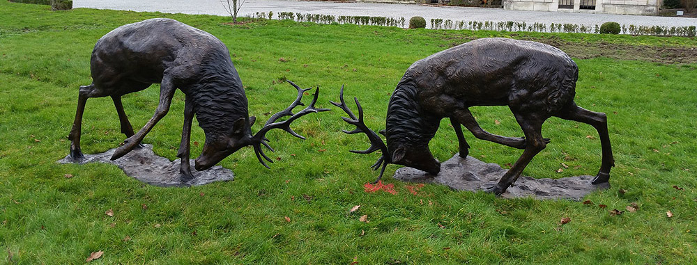 sculpture de cerfs en bronze